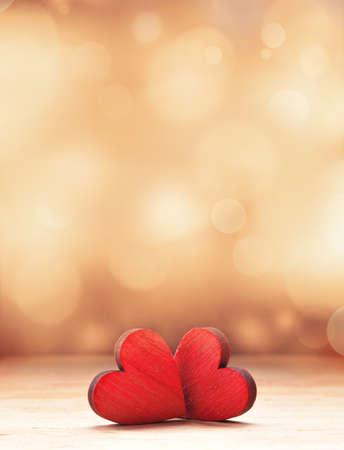 2つの赤い木製のハート。バレンタインデーのコンセプト。
