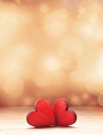 Dos corazones de madera rojos. Concepto de día de San Valentín.