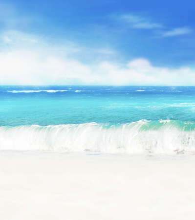 Summer background. White sand beach on a background of blue sea and blue sky. Standard-Bild