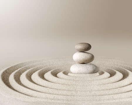 Piedra de meditación del jardín zen japonés, arena y roca de concentración y relajación para la armonía y el equilibrio.
