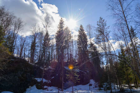Marble Canyen in the woods in northern Russia. It's a sunny day. Imagens