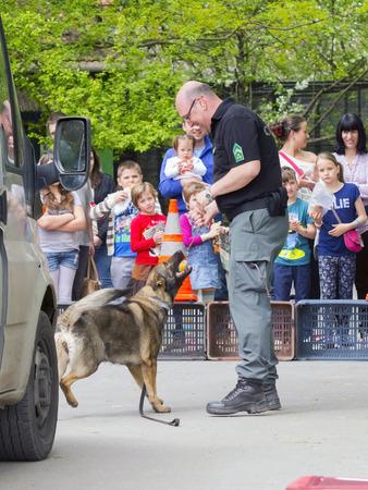 excise: Szeged, Ungheria - 26 aprile 2015 - ufficiale di accise (NAV) detiene una presendation con un cane di rilevamento della droga in caso 'Giorno di terra' a Szeged Zoo.