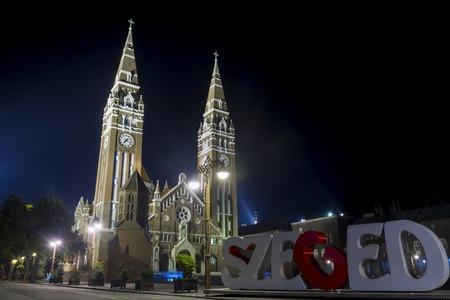 dom: L'église Votive et Cathédrale Notre-Dame de la Hongrie (Szegedi Dom) la nuit