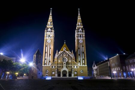 dom: The Votive Church and Cathedral of Our Lady of Hungary (Szegedi Dom) at night Banque d'images