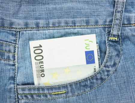 one hundred euro banknote: Billete de cien euros en el bolsillo de los pantalones vaqueros