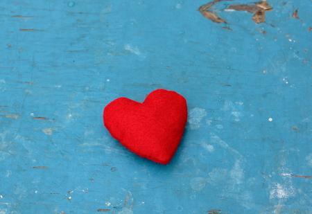azul marino: Rojo sinti� el coraz�n en azul marino fondo de madera