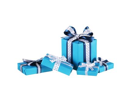 moños navideños: cajas de regalo azul envuelto con arcos de la cinta aislados en blanco Foto de archivo