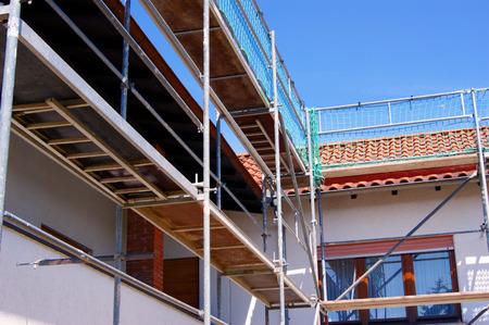 Steigers die een gevel van een gebouw in renovatie.