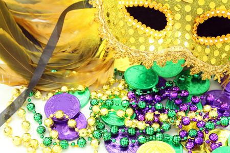 Mardi Gras Maske mit Perlen und Dublonen Standard-Bild - 26311265