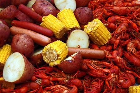 Gekochte Flusskrebse mit Mais, Kartoffeln und Würstchen Standard-Bild - 26311268
