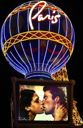 LAS VEGAS - 31. Oktober auf dem Streifen in der Nacht in Las Vegas, Nevada, 31. Oktober 2008 Die Pariser Ballon mit einem Paar küssen und den Eiffelturm-Restaurant im Hintergrund Standard-Bild - 26287035