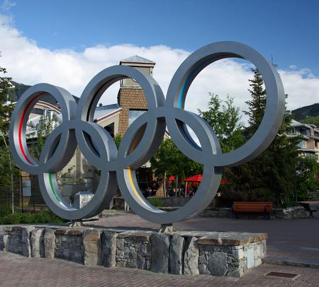 deportes olimpicos: WHISTLER VILLAGE - 12 de julio anillos olímpicos en Whistler Village, sede de los Juegos Olímpicos de Invierno de 2010 y Paralímpicos tomada el 12 de julio de 2011 en la aldea de Whistler, Columbia Británica, Canadá