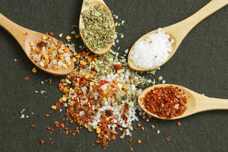 Cuatro cucharas con diferentes especias y sal