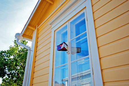 Fenster des Landhauses. Ein Vintage-Gerät zur Überwachung der Straße. Standard-Bild