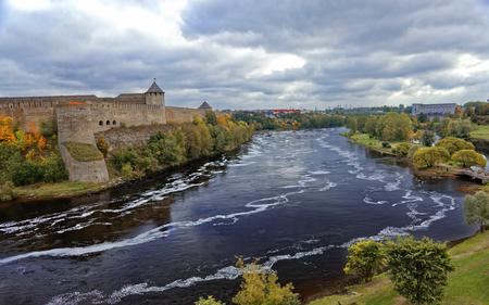 Russische middeleeuwen fort Ivangorod in de buurt van Sint-Petersburg Stockfoto - 87588732