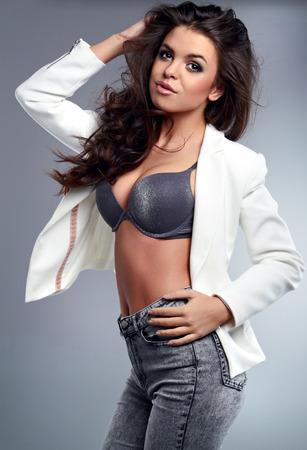 poses de modelos: Hermosa mujer sexi con modelo Pretty pelo casta�o plantea en el estudio
