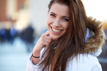 bata blanca: hermosa mujer joven y sonriente en invierno Foto de archivo