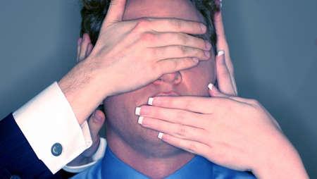 spunk: Empresario de los ojos y la boca est� siendo bloqueado por otros empresarios.