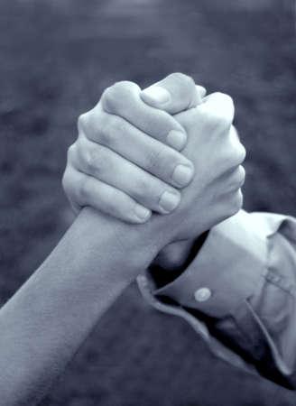 spunk: Mano de la mujer y la mano del hombre es clasped juntos en el simb�lico fuerza de la unidad