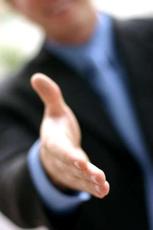 firmeza: El hombre de negocios en camisa y lazo azules ampl�a la mano en un gesto caliente, abierto