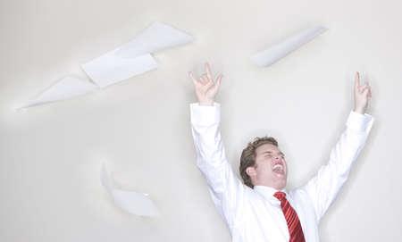 waistup: hasta la cintura-shot de un empresario llevaba camisa blanca y corbata con los brazos y las manos planteadas s�mbolo de toma de papel con la ca�da en el fondo