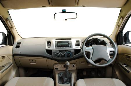 equipo de sonido: salpicadero del coche de color beige con aislados parabrisas, ventanas y espejos y