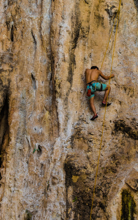 overhanging: man climbing mountain at Railay island, Krabi, Thailand Stock Photo