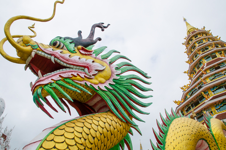 head of golden dragon statue Imagens
