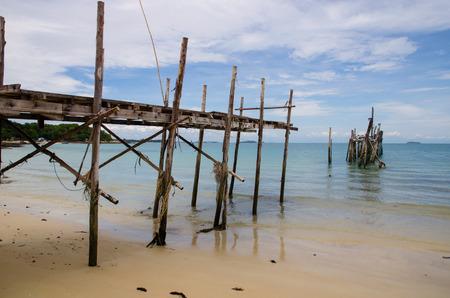 old bridge on beach Imagens