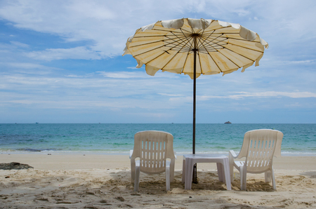 two chair with umbrella on beach Imagens
