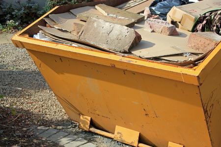 Close-up de color amarillo saltar lleno de hormigón y escombros