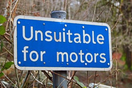 """ciclos: Carretera signo de advertencia """"No apto para motores"""" que simboliza los caminos que no permiten los coches y el uso de ciclos y el tráfico peatonal única"""