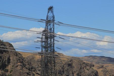 torres de alta tension: Las torres de electricidad y cables de energía se extiende a través del campo Foto de archivo