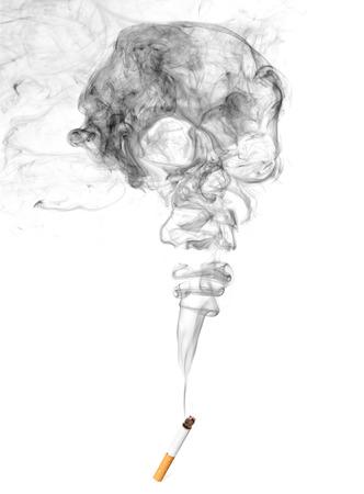 タバコと頭蓋骨形を白い背景で隔離の煙