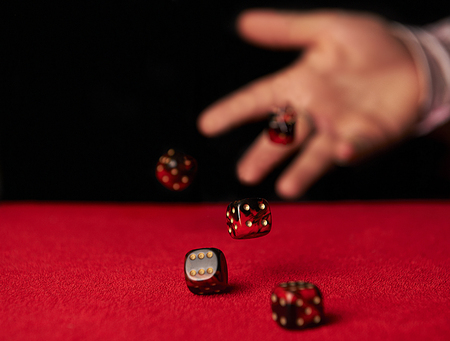 Male hand rolling dice Banque d'images