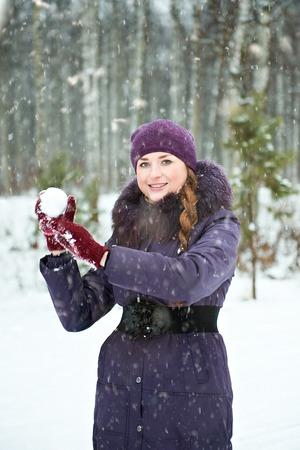 boule de neige: Jeune femme jouant dans des combats de boules de neige