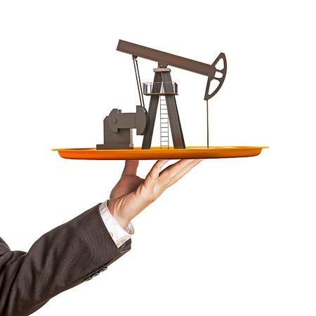 torre de perforacion petrolera: Bomba de aceite en el plato en la mano