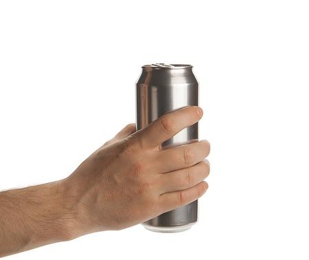 lata de refresco: Beed puede en la mano aisladas sobre un fondo blanco Foto de archivo