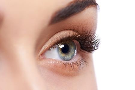 Close-up die van vrouwelijk oog met dagmake-up is ontsproten