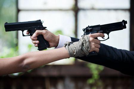 mujer con pistola: pareja de j�venes en conflicto
