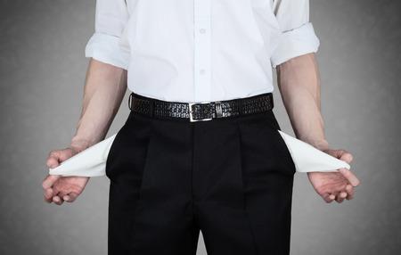 Homme d'affaires en chemise blanche montre poches vides de son pantalon Banque d'images - 28508307