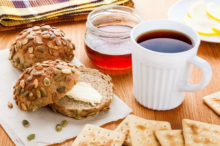 galletas integrales: Té negro y bollos integrales saludables para el desayuno