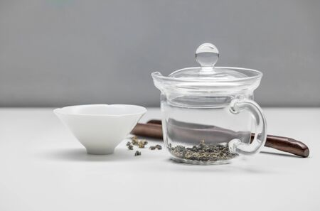 Ð¡up, wooden spoone and glass kettle with tea. Banque d'images