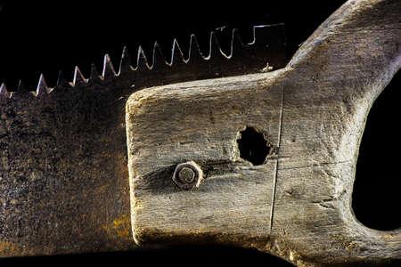 serrucho: sierra de mano antiguo en el fondo negro - de cerca Foto de archivo