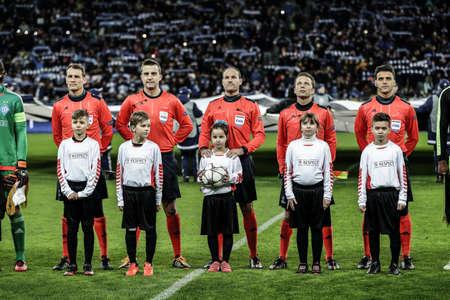 arbitros: Kiev, Ucrania - 24 de febrero, 2016: partido de la UEFA Championes League con el Dynamo de Kiev y el Manchester City FC en el estadio NSC Olimpiyskiy. Ronda de 16 - 1 de la pierna. Los árbitros antes del partido con los niños. Editorial