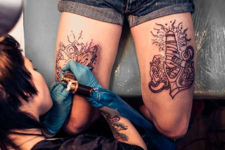 Professionelle Tattoo Künstler Tun Tätowierung Portrait Eines