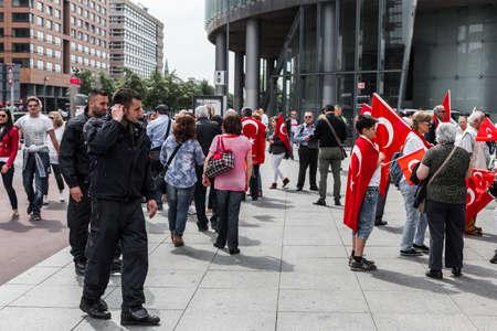 Berlino, Germania - 28 maggio 2016: gruppi turchi protestano voto sulla risoluzione genocidio armeno. Su Potsdamer Platz