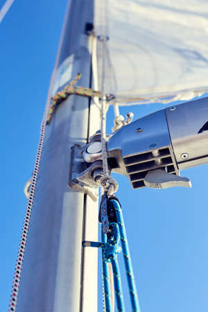 적합: 오른쪽 작은 용골 보트에 이르기까지 작은 배에서 요트에 사용하기에 적합 커닝햄 시스템. 스톡 콘텐츠