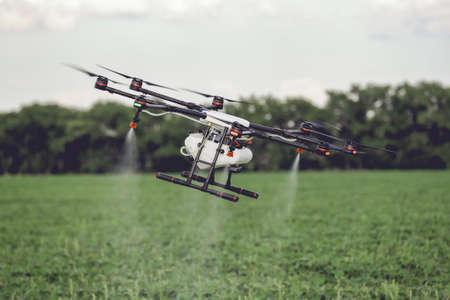 農業のドローンは、田んぼに散布肥料に飛ぶ。産業としての農業とスマート農業