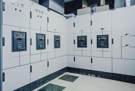 Laagspanningsschakelaars bij een elektriciteitscentrale. Elektrisch schakelmateriaal. Industrieel elektrisch schakelpaneel van elektrische centrale